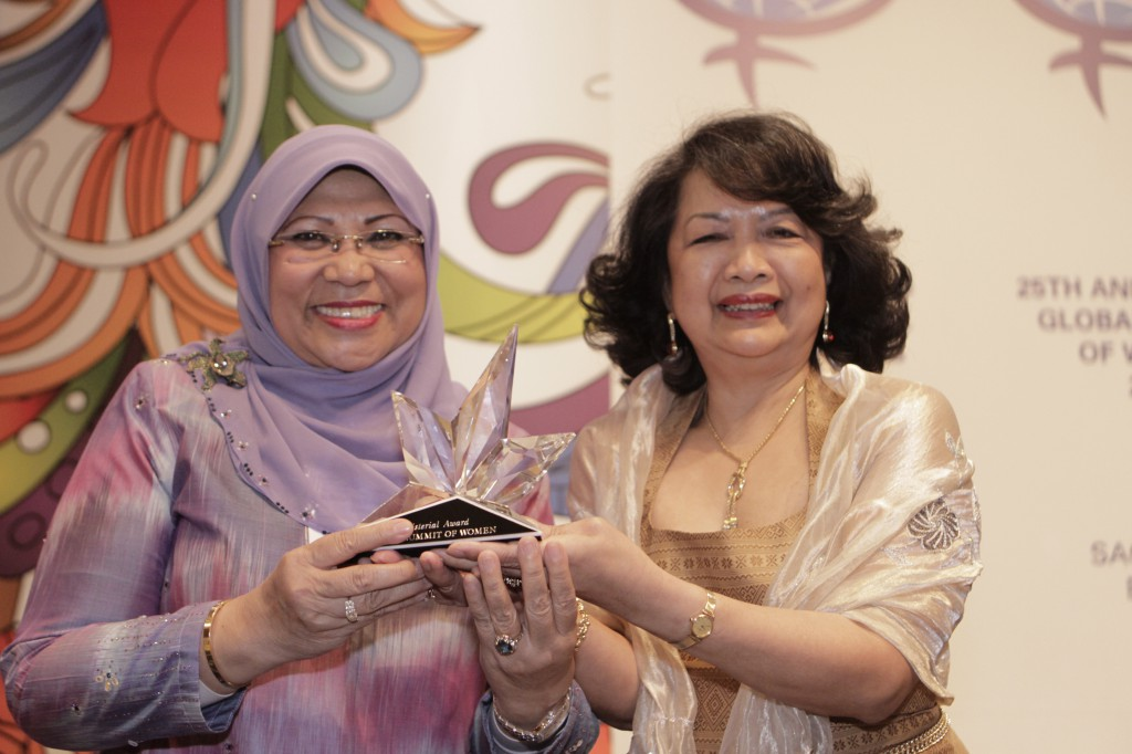 Dato' Sri Rohani Abdul Karim, Minister of Women, Family, & Community Development (Malaysia) receives the Ministerial Award from Summit President Irene Natividad.